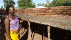Judith Twaili toont waar ze vroeger de vis te drogen legde toen de vangst nog beter was
