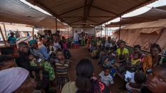 Vluchtelingen uit Kasaï wachten om gevaccineerd te worden in de kliniek van AZG in het kamp van Cacanda in Angola © Bruno Fonseca. Angola, juli 2017.
