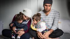 Karon, 31 jaar, vluchtte met zijn gezin uit Irak. Ze zitten sinds augustus 2016 vast op Lesbos