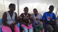Verpleegkundige Sallia Swarroy (niet in dit verhaal genoemd) met zussen en broer Haja, Abiyatu en Lamphia Ngegba die ebola hebben overleefd na verzorging in de Artsen zonder Grenzen ebolakliniek in Bo. © Natasha Lewer/MSF