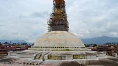 Een van de bekendste tempels, Boudnath, dat driftig wordt gerenoveerd