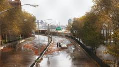 Overstroomde straat in New York na de doortocht van orkaan Sandy