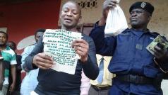 De overheid toont een granaat en een pamflet die massamoorden in Butembo op 5/11 aankondigt