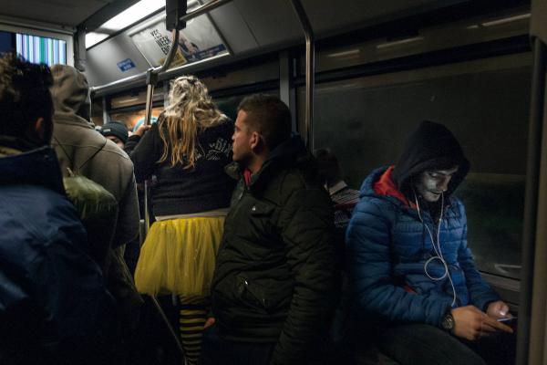 30 janvier 2016 – Les villageois costumés chantent et dansent. Mais après un contact inattendu avec l'un des réfugiés, l'ambiance devient électrique. © Ans Brys
