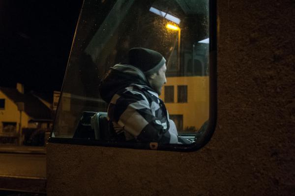 1er  février 2016 – Certains réfugiés illégaux, comme par exemple Kambiz (32 ans) d'Irak, prennent le Tram du littoral. Le voyage de La Panne à Zeebruges dure deux bonnes heures. © Ans Brys