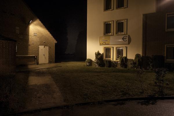 30 janvier 2016 – Chaque soir, de larges groupes de migrants traversent un complexe hôtelier, une route et des rails avant de disparaître dans la nuit. © Ans Brys