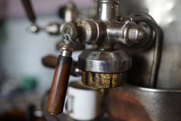 Een koffiemachine van het jaar 1930 wacht op mijn goedkeuring