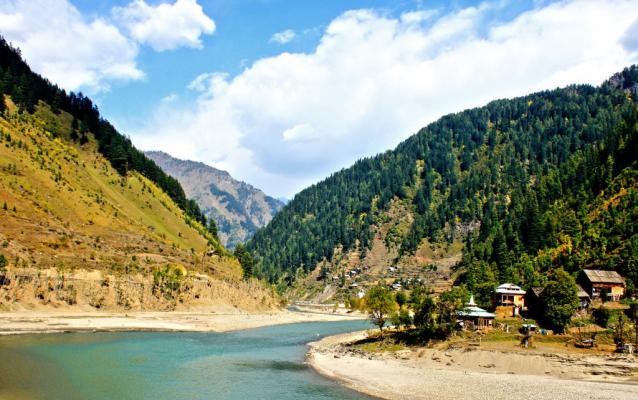 De rivier Neelum in Pakistan.