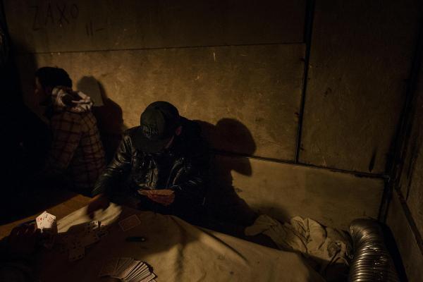10 janvier 2016 -  Amraz (20 ans) et Redan (16 ans) viennent du Kurdistan irakien. Ils jouent aux cartes pour tuer le temps. De nombreux mineurs voyagent seuls. © Ans Brys