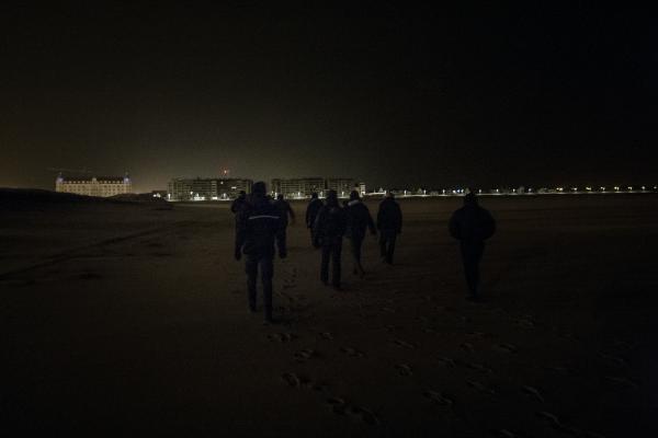 2 février 2016 – Les garçons descendent des rochers et retournent sur la plage. Ils auront peut-être plus de chance demain. © Ans Brys