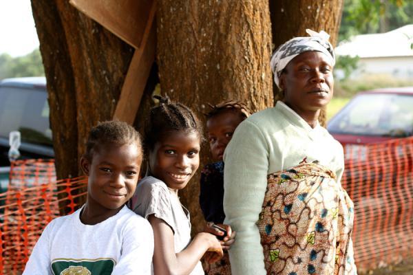 Moeder met drie van haar kinderen die ebola hebben overwonnen © CaitlinRyan/AZG