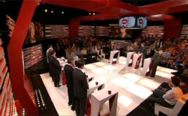 Kaarten op tafel tijdens eerste duel mo*