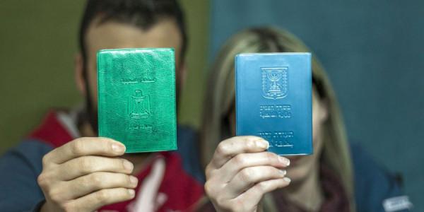 70f239fd5f9 Palestijnen denken beter twee keer na voor ze trouwen, want veel stellen  kunnen niet samen zijn omdat de partners verschillende identiteitsbewijzen  hebben.